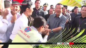 Thủ tướng Hun Sen bắt tay với các công nhân KHANG DUC I&C hôm khánh thành